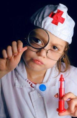 ребенок играет во врача