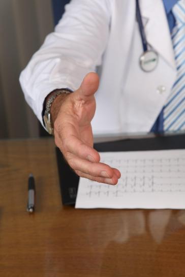доктор с рукой
